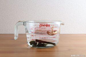 昆布と干し椎茸を水出しします。
