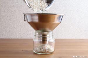 保存瓶に移して水と混ぜます。