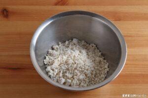 乾燥麹をほぐしておきます。
