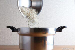 ご飯に水と乾燥麹を加えます。