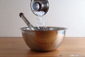 米ぬかと粗塩を混ぜ合わせます。