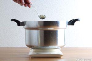塩麹を加えてよく混ぜます。