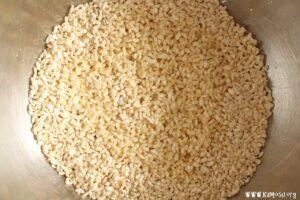 乾燥麹をほぐして塩と混ぜ合わせます。