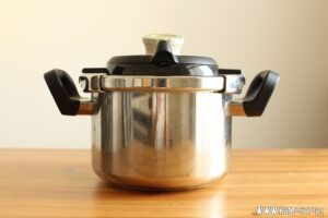 圧力鍋に入れて加圧します。