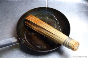 竹ささらなどで洗ってから乾かします。