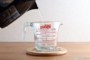 計量カップを予熱します。