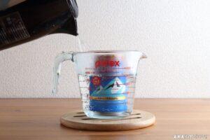 缶コーヒーを入れて熱湯を注ぎます。