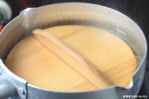 落し蓋をして煮ます。