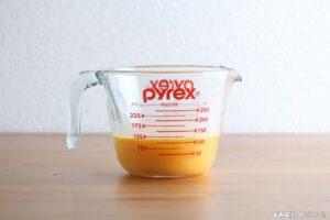 卵焼きの卵液を作ります。