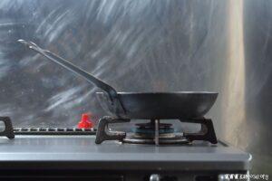 鉄フライパンを熱します。
