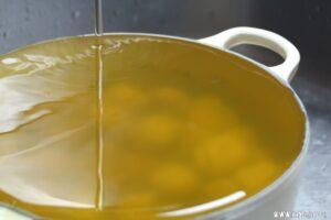 色素の染み出た煮汁を洗い流します。