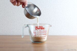 パン粉を牛乳で湿らせるのは?