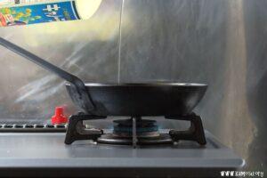 鉄フライパンを熱して油をひきます。