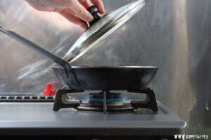 餃子を並べたら熱湯を注いで蓋をします。