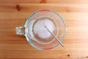 食塩水をひたひたに注いで蓋をします。